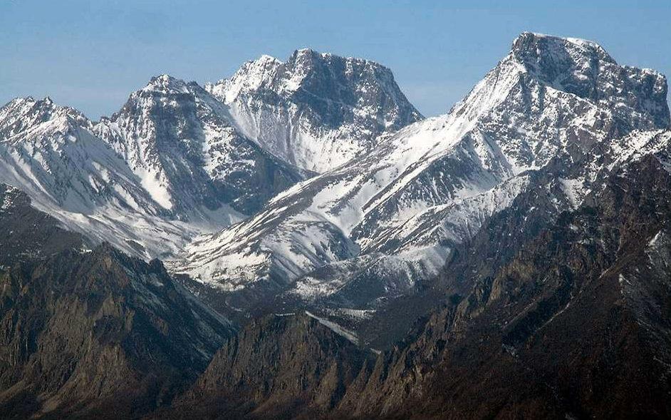 Горные вершины в снегах