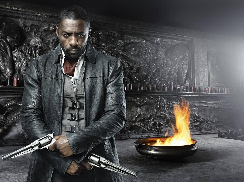 Актер с оружием в руках в комнате жертвоприношений