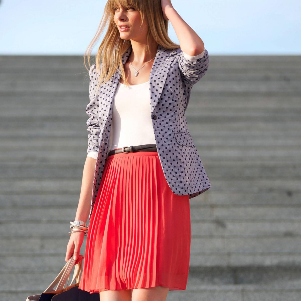 Красиво одетая молодая женщина
