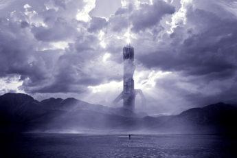 Тёмная башня на фоне облачного неба