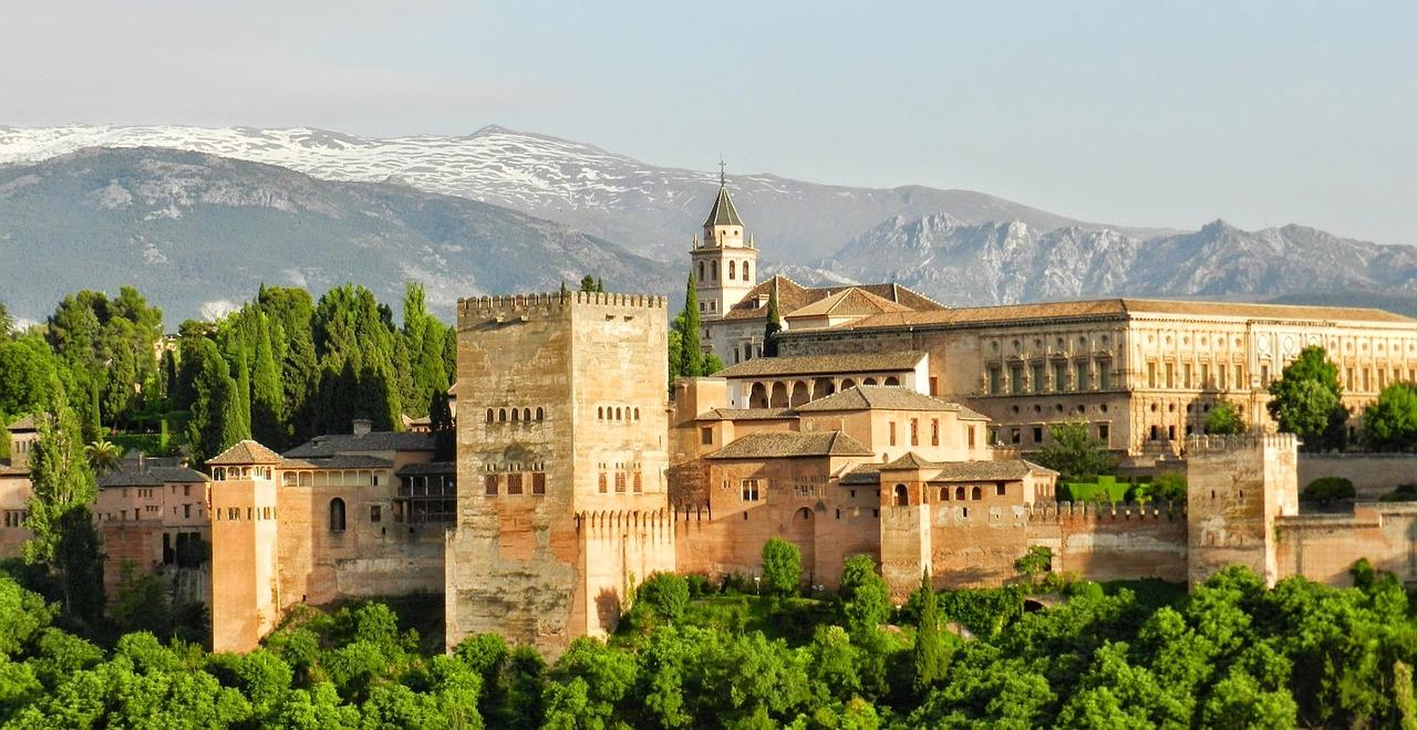 Шикарный вид Альгамбры захватывает дух