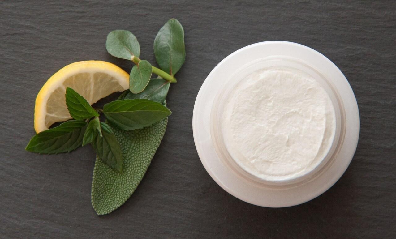 Баночка с кремом и источники природных ингредиентов