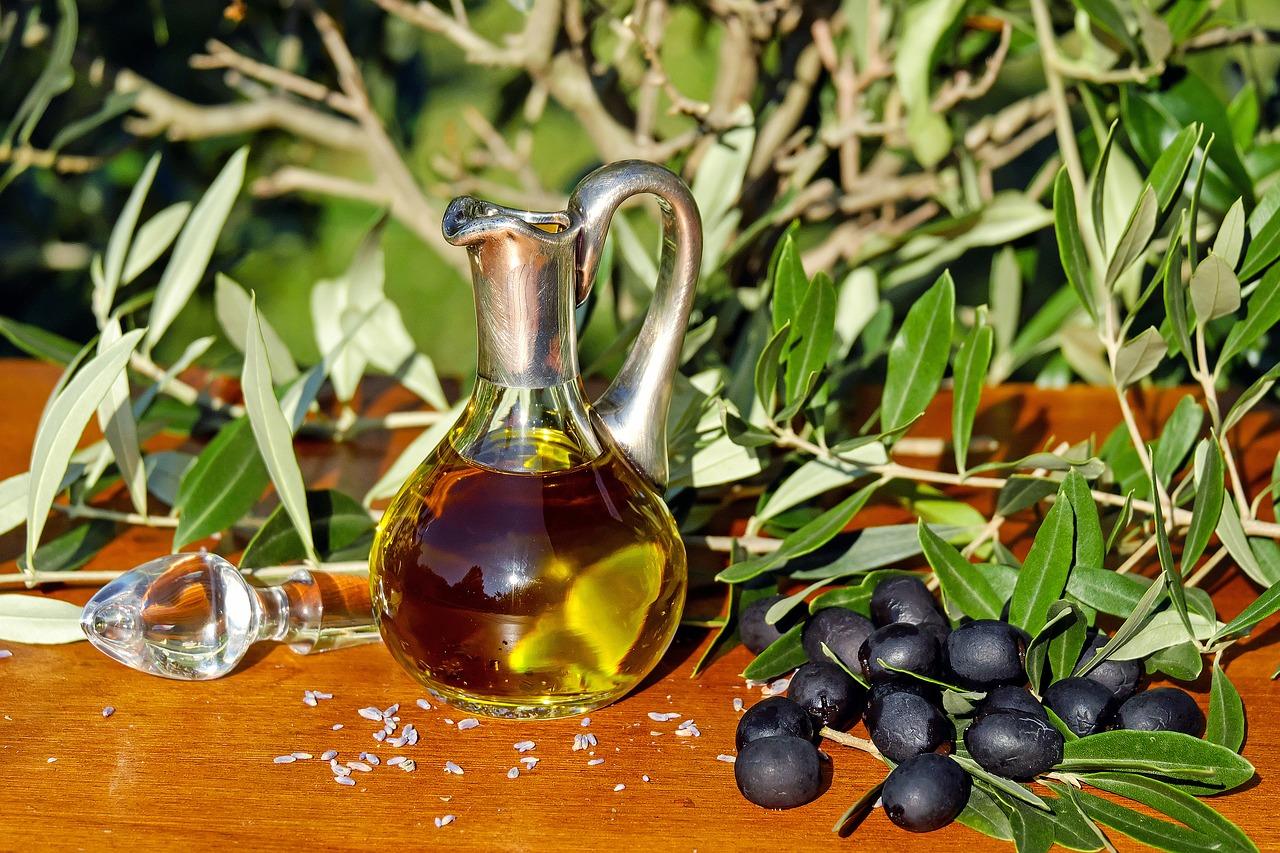 Оливковое масло в графине стоящем на столе