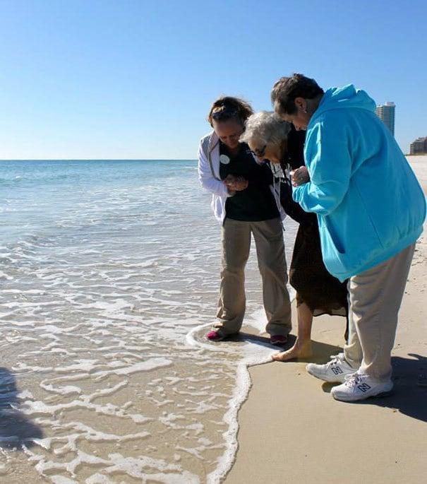 Бабушка впервые видит океан