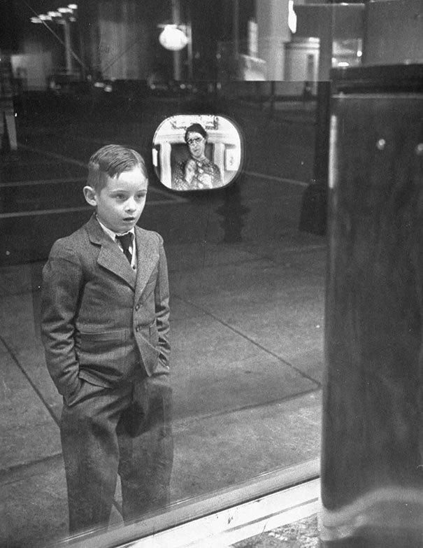 Мальчик впервые увидел телевизор