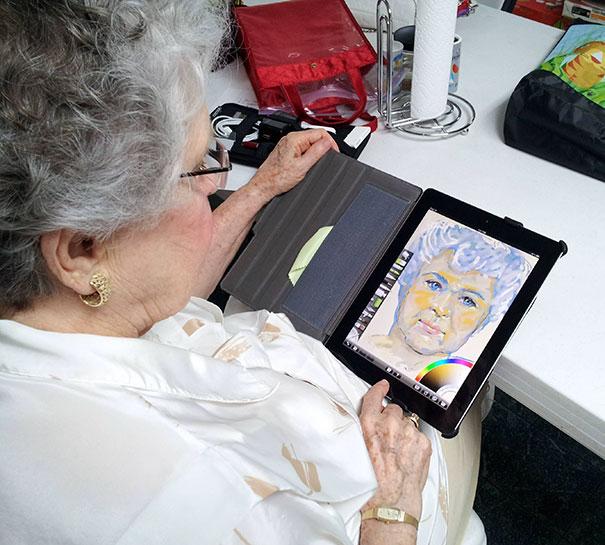Пожилая женщина и планшет