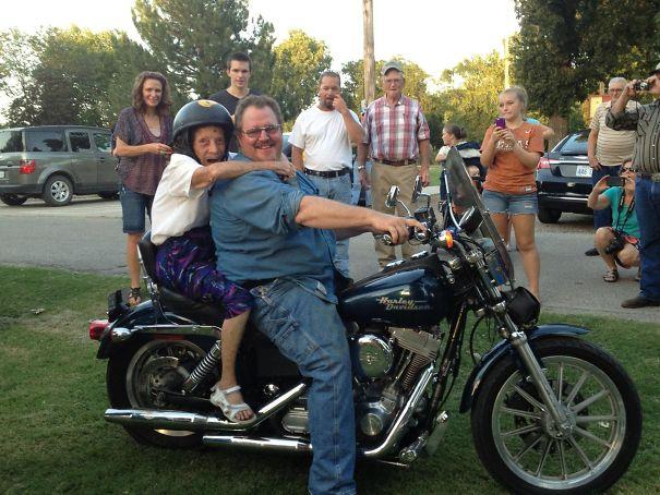 Бабушка пообещала прокатится на мотоцикле