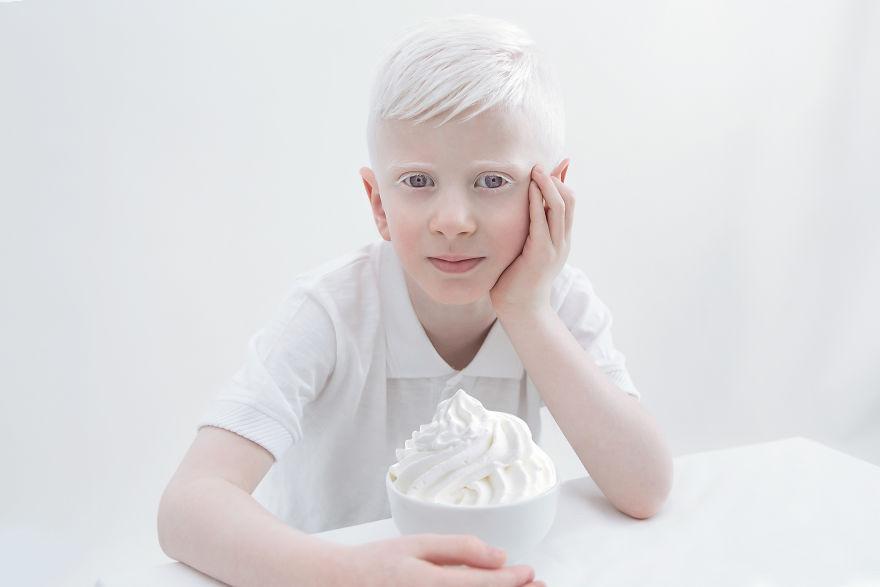 Мальчик за столом