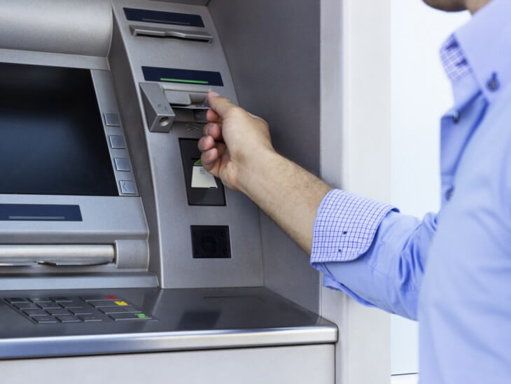 Как быстро вернуть карту, если банкомат завис и не хочет ее возвращать, небольшая хитрость — и она снова ваша!