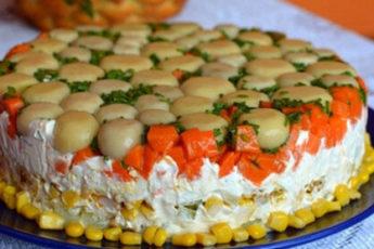Торт-салат с курицей и грибами