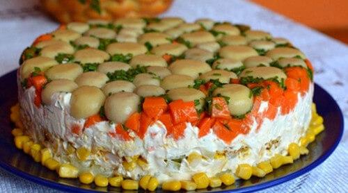 Торт-салат с курицей и грибами. Очень вкусный и очень сытный.