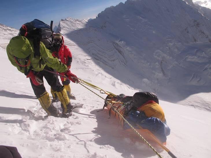 na-evereste-tela-umershih-alpinistov-ispolzuyut-kak-vehi-10