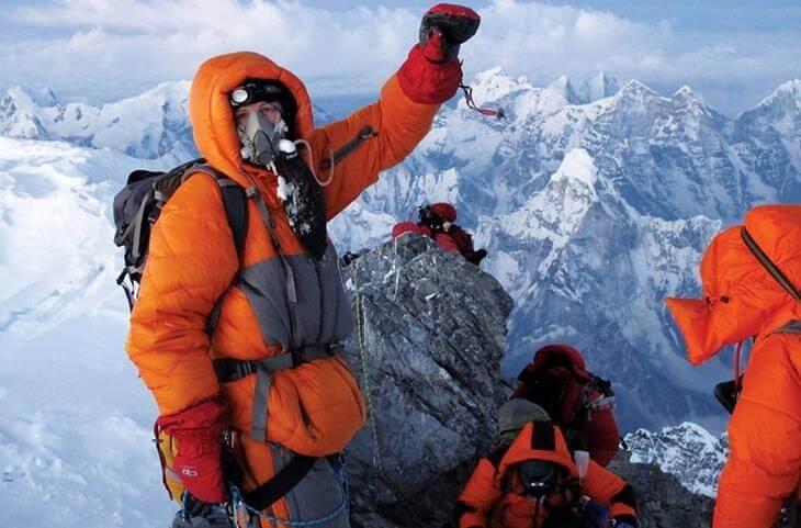 na-evereste-tela-umershih-alpinistov-ispolzuyut-kak-vehi-8