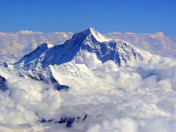 na-evereste-tela-umershih-alpinistov-ispolzuyut-kak-vehi-11