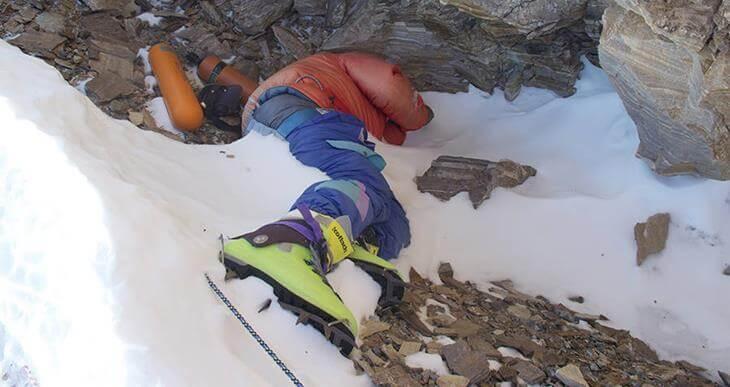 na-evereste-tela-umershih-alpinistov-ispolzuyut-kak-vehi-5