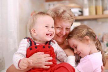 Бабушка по материнской линии - самый важный человек в жизни ребенка