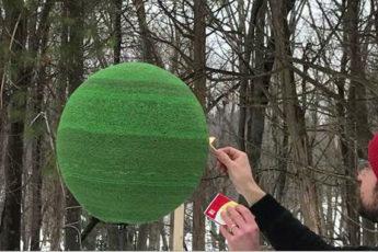 Парень год клеил сферу из 42 тысяч спичек, чтобы в конце её просто поджечь