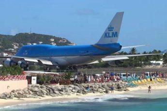 Группа туристов беззаботно наблюдала за взлетом лайнера