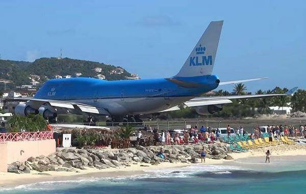 Группа туристов беззаботно наблюдала за взлетом лайнера, но что произошло потом, предвидеть они не могли!