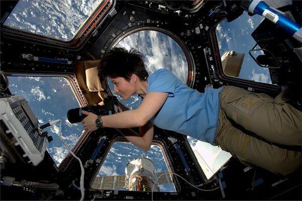 Как женщина-космонавт справляется с месячными во время полета?