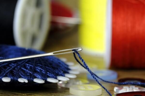 Как быстро продеть нитку в иголку