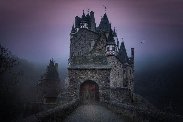 Три мистических замка-отеля Европы