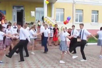 Зажигательный танец выпускников, а учительница вообще ОГОНЬ! Это нечто!