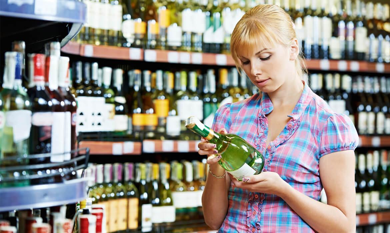 woman-buying-alcohol-kak-vybrat-vino-v-magazine-post-luxalux.ru