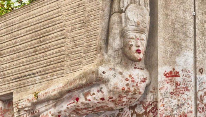 9 могил знаменитостей и связанные с ними странные традиции